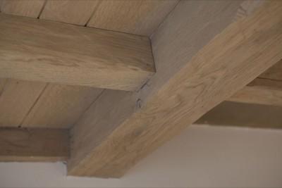 Renovatie van meubelen plafonds trappen - Plafond met balk ...