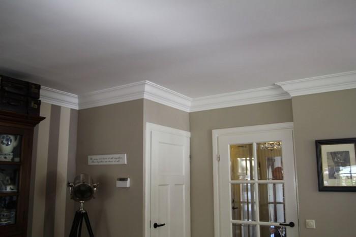 Plaatsen van plafond muur en deurlijsten decoratie en for Plafond sierlijst